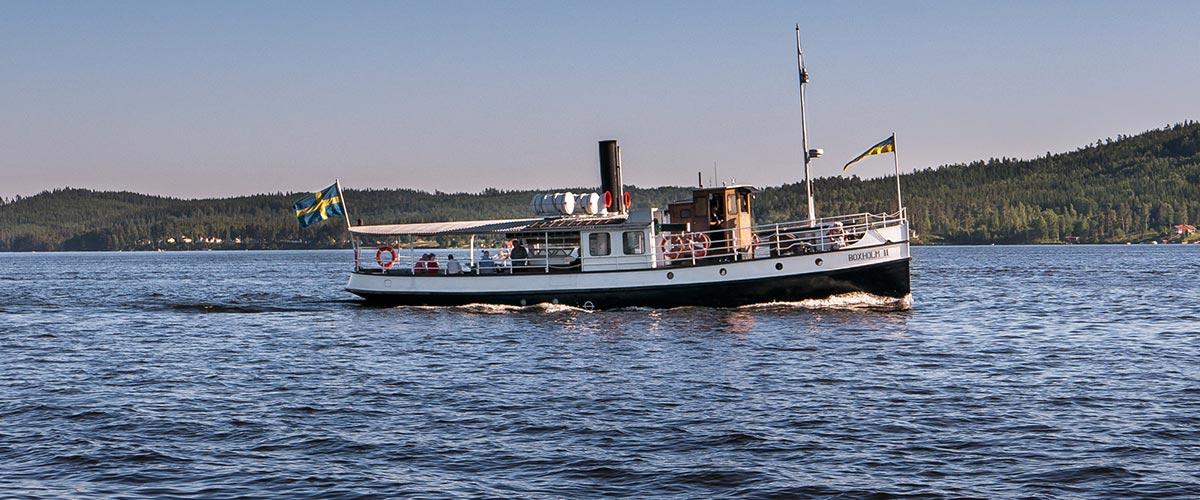 Fartyget Boxholm II trafikerar sjön Sommen